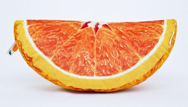 Poduszka dekoracyjna w kształcie ćwiartki pomarańczy.
