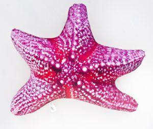 Dwustronna poduszka dekoracyjna z motywem rozgwiazdy w kolorze różowo-beżowym.