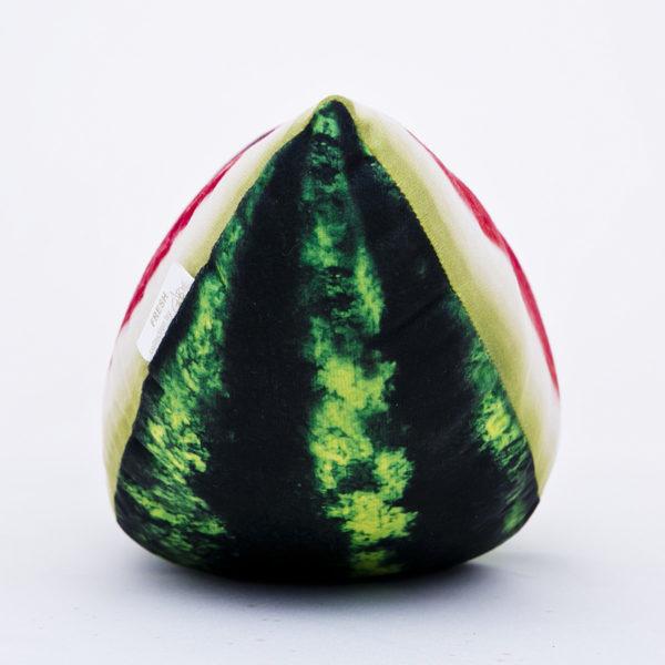 Poduszka dekoracyjna w kształcie ćwiartki arbuza.