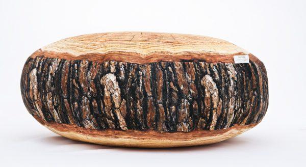 Okragła poduszka dekoracyjna z motywem sosny.