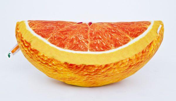 Poduszka dekoracyjna z motywem pomarańczy w kształcie ćwiartki.