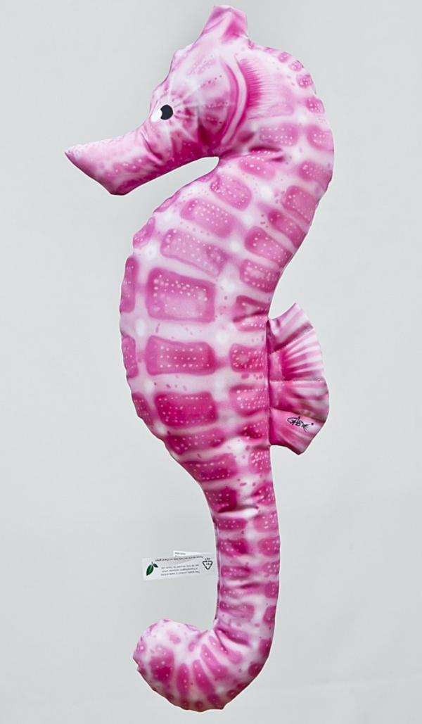Różowa poduszka konik morski przypominajaca prawdziwego konika morskiego.