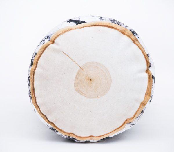 Podłużna poduszka dekoracyjna drewno z motywem brzozy w kształcie wałka.