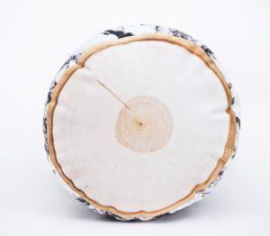 Okragła poduszka dekoracyjna z motywem brzozy.