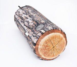 Podłużna poduszka dekoracyjna drewno z motywem sosny w kształcie wałka.